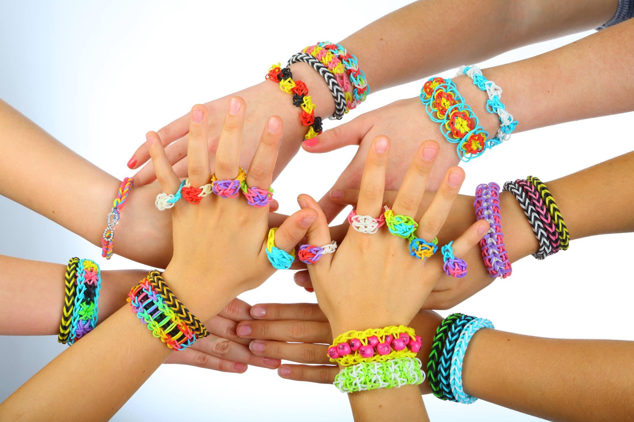 Bracelet rainbow loom un succ s incroyable mais pourquoi - Comment faire les bracelet elastique ...