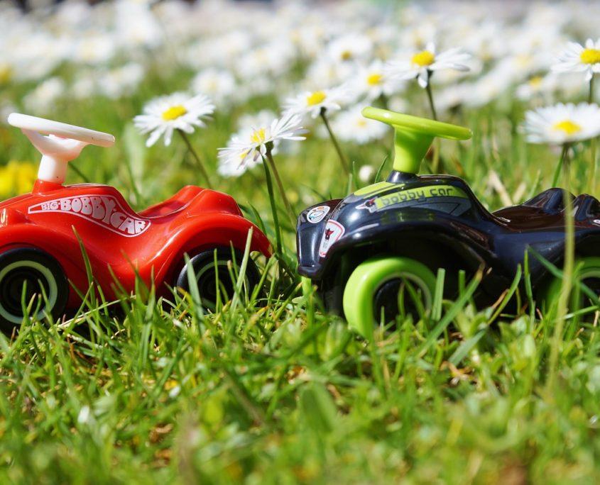 deux-petite-voitures-enfants-rouge-et-noire