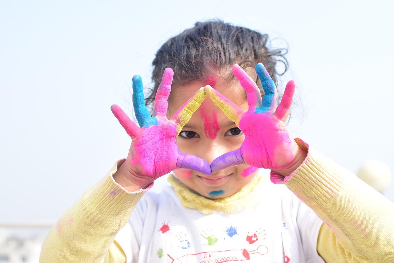 petite fille avec de la peinture sur les mains
