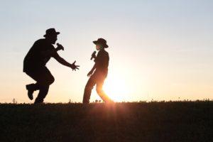 pere et fils qui dansent et jouent
